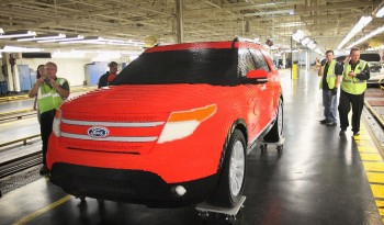 Életnagyságú Ford Explorer modell, mely 22 építő nem kevesebb mint 2.500 órányi munkájával 382,858 kocka felhasználásával épült Floridában